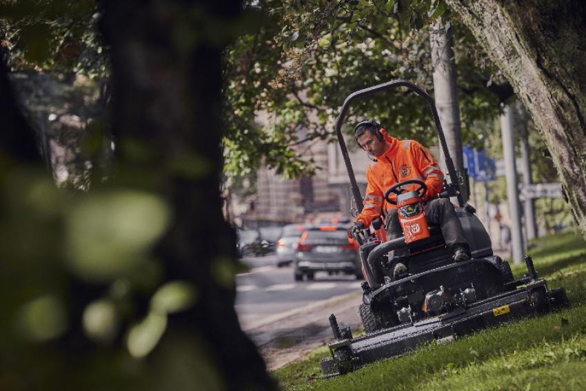 HUSQVARNA : La nouvelle tondeuse frontale Rider Hybride P 535HX professionnelle pour grandes surfaces de pelouse peut fonctionner au biodiesel HVO 100, un diesel synthétique bio renouvelable