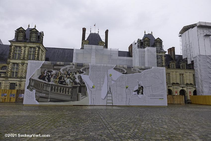 Le château de Fontainebleau, Kärcher et les Beaux-Arts de Paris s'associent pour habiller le célèbre escalier en Fer-à-cheval, en restauration jusqu'en mars 2022