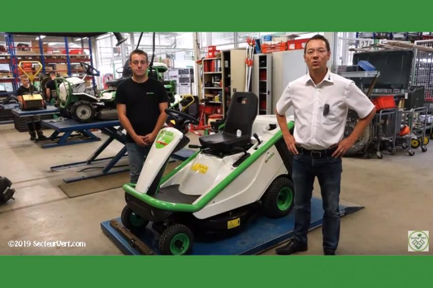 ETESIA : Jean-François HOERLE, Responsable Marketing, et Léo, Technicien Atelier S.A.V. expliquent comment entretenir une Tondeuse Autoportée BAHIA 2 MKHE 3, Kawasaki FS481-2 cylindres