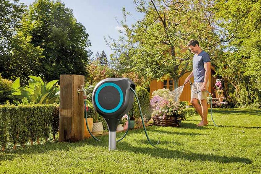 GARDENA : RollUp M 20 m, le nouveau dévidoir automatique -sur pic ou mural- qui peut se placer presque partout dans le jardin