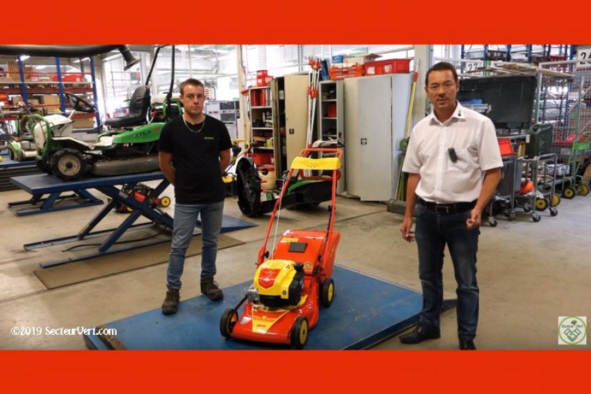 OUTILS WOLF : Jean-François HOERLE, Responsable Marketing, et Léo, Technicien Atelier S.A.V. expliquent comment entretenir une Tondeuse thermique à gazon RM 46 BO à conducteur marchant