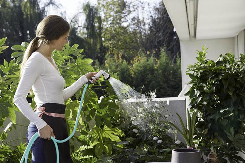 FITT : Découvrez Ikon, le nouveau tuyau d'arrosage léger, compact et extensible de FITT disponible en quatre couleurs pour terrasses, balcons et petits jardins